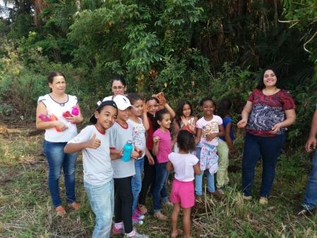 Alunos e professores fazendo o plantio de mudas de árvores