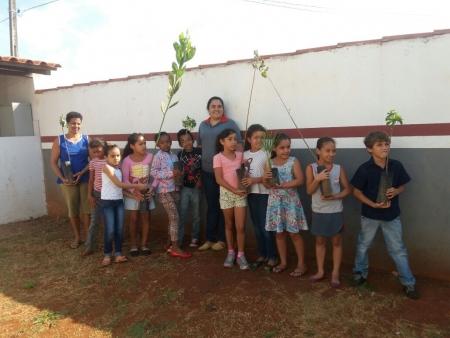 Alunos da escola Maria Siqueira Pinto juntamente com a Bióloga Glaucia Borges